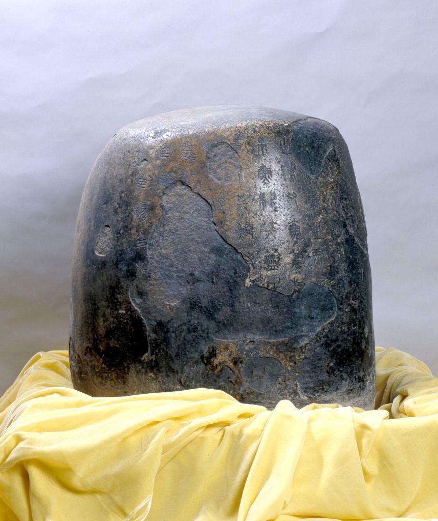 石鼓(共十塊),秦,花崗岩質,高約90cm,直徑約60cm。