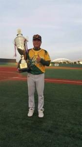 江泰權舉起2016年第13屆中國棒球聯賽冠軍盃。江泰權提供。
