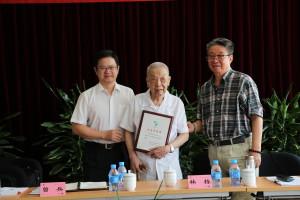 中國醫藥工業有限公司曾兵董事長為林棟頒發「突出貢獻」獎牌。