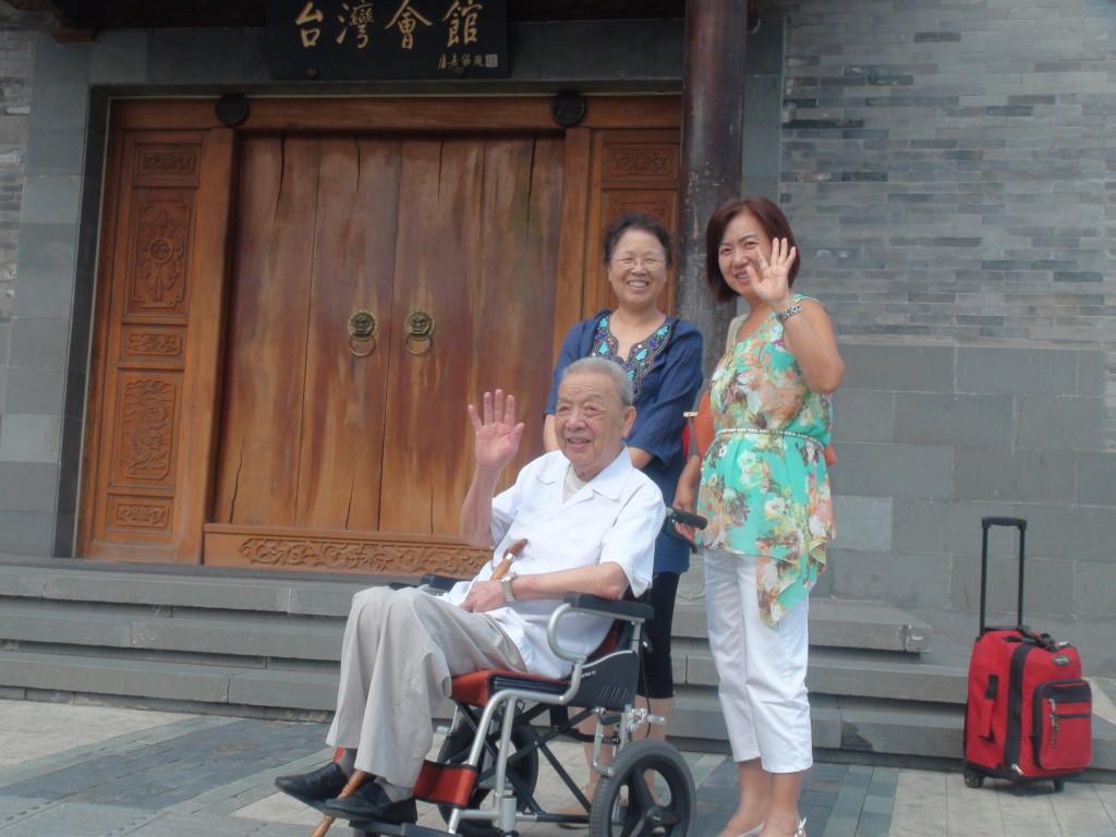 林棟老先生和陪同他的兩個女兒,右一為林曉輝,右二為林惠楠。