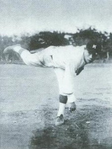 吳明捷綽號為「麒麟子」、「怪腕」,投球姿勢宛如老鷹展翅。