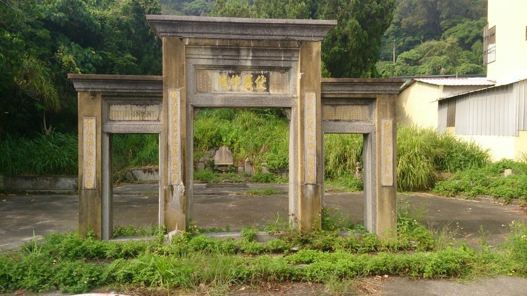 位於台中市石岡區梅子里豐勢路旁的劉職章墓園。