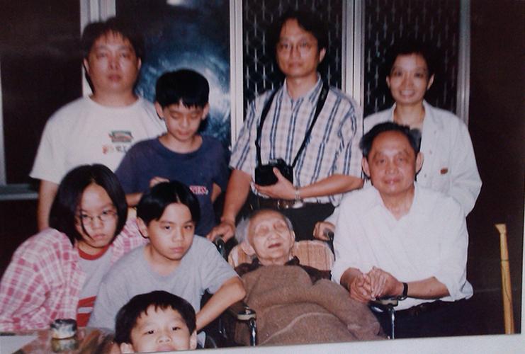 1998年11月,黃幸(右一)回到台灣與母親及弟弟的孩子們在一起合影。
