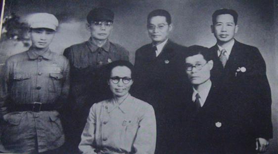 參加大陸第一屆全國政協會議的台盟代表合影,左一為田富達。前排坐著左一為謝雪紅。