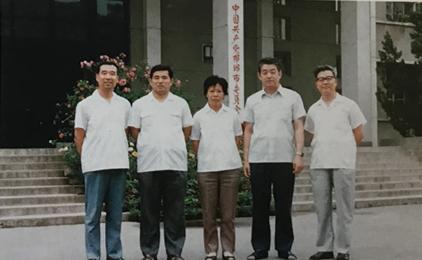 1985年,張洽在邯鄲市任副市長時,與幾位市委副書記、副市長合影。