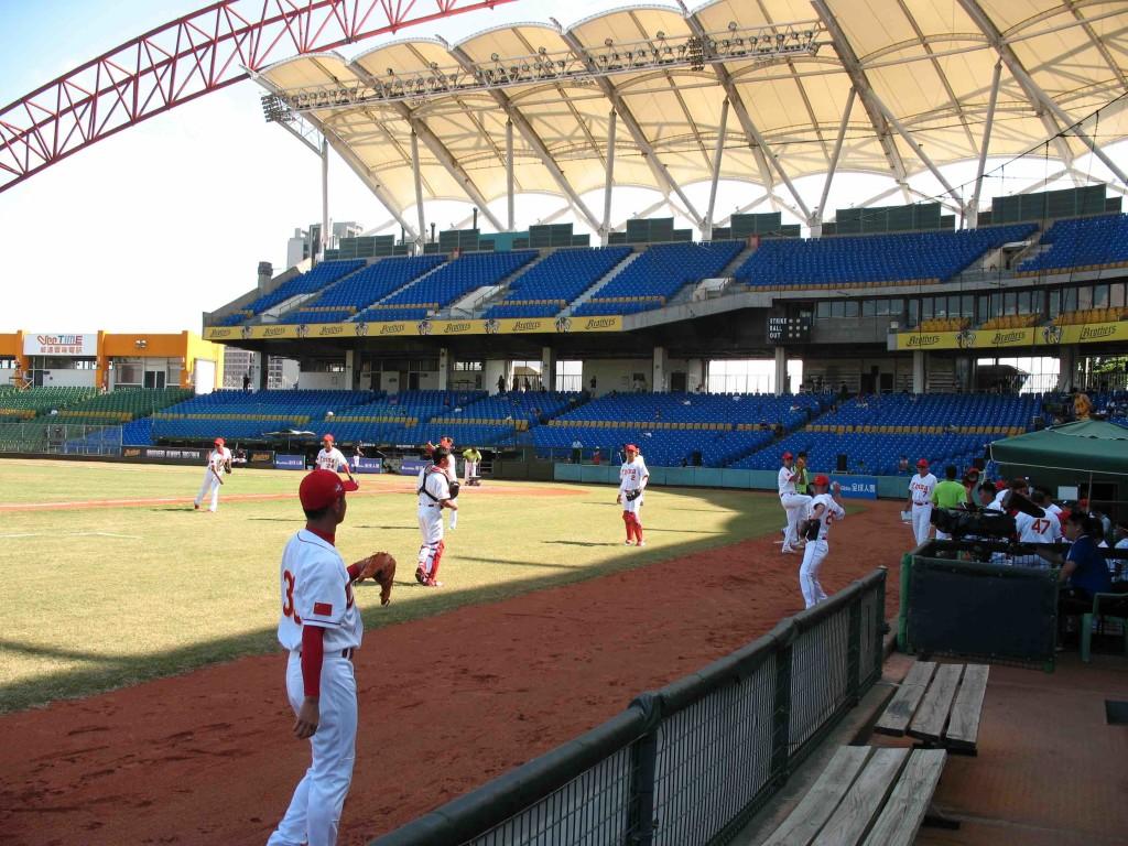 圖說:2015年於台中舉行的亞錦賽,中國大陸棒球隊和日本對戰前的練球。