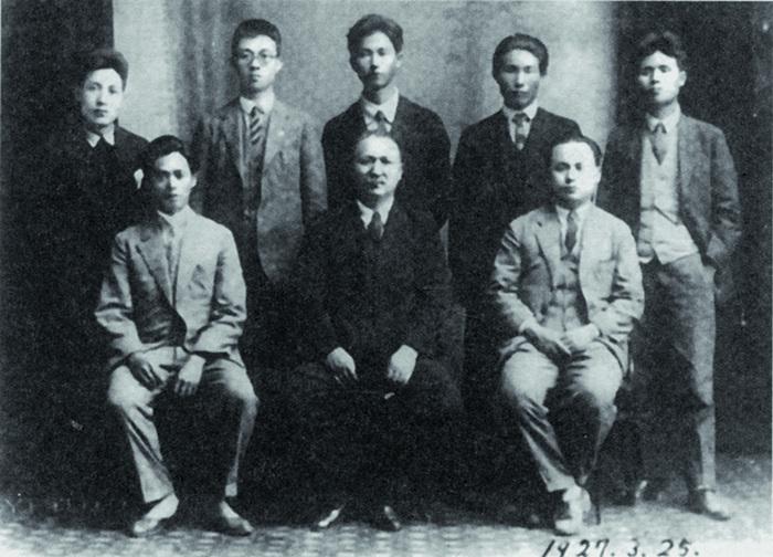 李應章在彰化縣組建了「二林蔗農組合」。圖為李應章(前排左1)、簡吉(後排左2)、謝春木(前排右1)等受邀在基隆作巡迴演講。