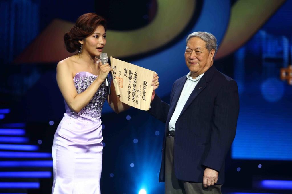 徐兆麟(右)登上大陸央視舞台時,主持人(左)手中拿的就是那張獎狀。