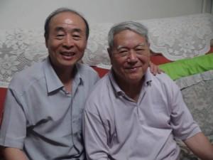 徐兆麟先生(右)與筆者合影。