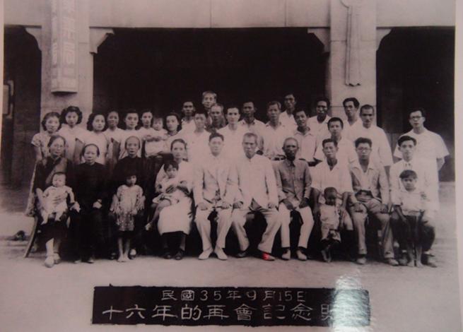 離開台灣16年的李應章(左五)返鄉時與鄉親好友合影。