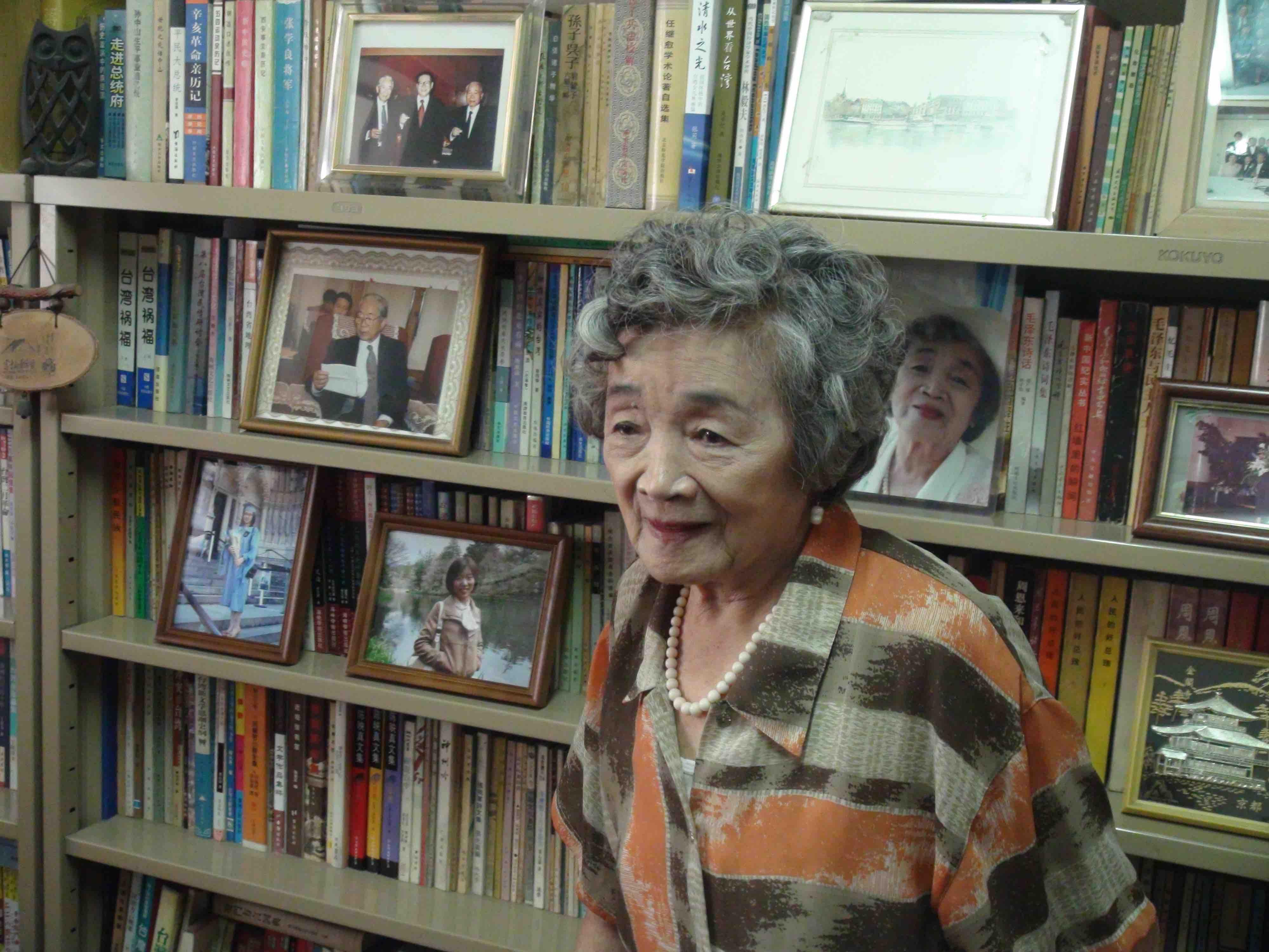 李玲虹在自家書房接受採訪。