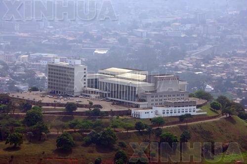 中國大陸援建的喀麥隆首都雅溫德會議大廈。(新華社)