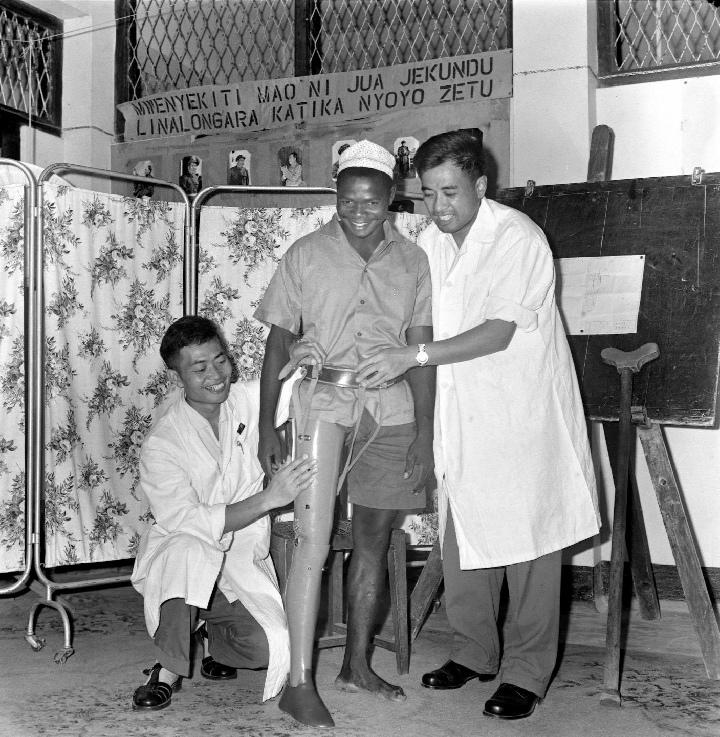 1968年3月2日,坦尚尼亞一位油料保管員,在大陸醫療隊的幫助下裝上了義肢。(新華社)