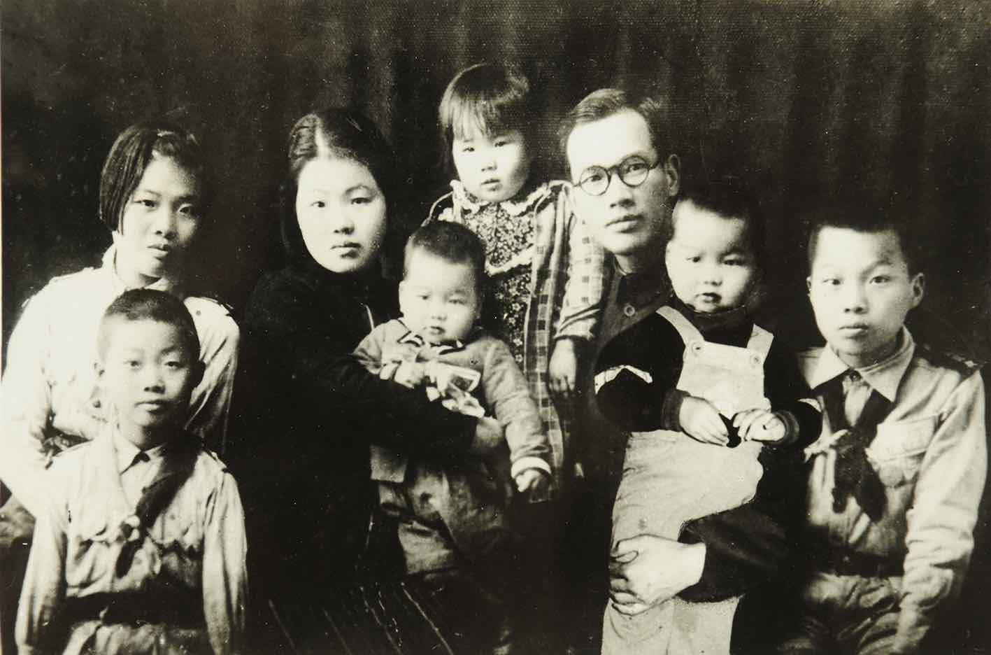 鄭約(鄭堅的父親)1939年抗戰期間於福建泉州的全家福(徐波提供)。