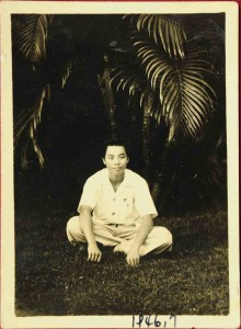 台灣光復後鄭堅脫下軍裝到彰化女中任教,1946年7月攝於彰化女中校園內(徐波提供)。