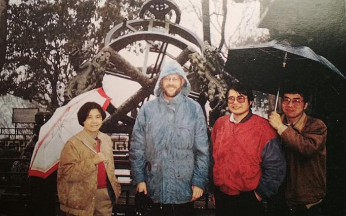 劉彩品(左一)和同事在南京紫金山天文台。