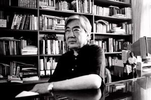 2001年,陳映真於南勢角居所三樓書房(攝影:陳文發)