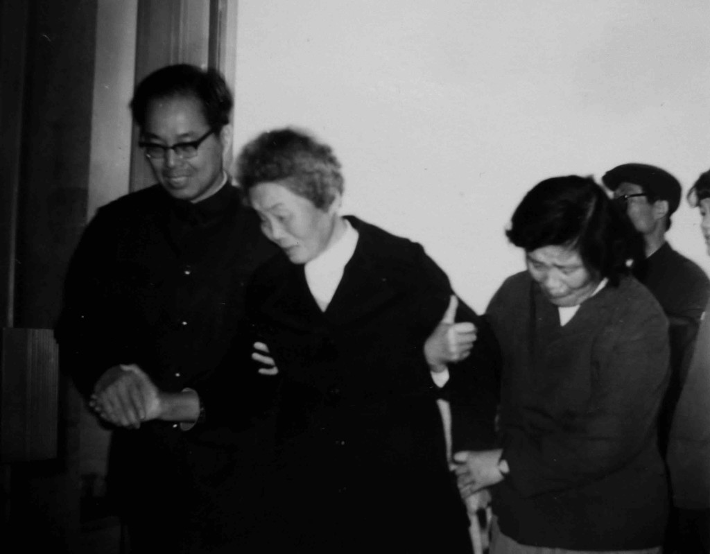 鄭堅母親飛越太平洋到大陸探親。圖為鄭堅姐弟倆在福州機場迎接母親(徐波攝影)。