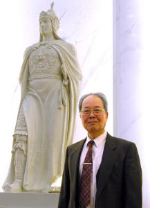 鄭堅2003年1月24日攝於北京人民大會堂台灣廳鄭成功像前(徐波攝影)。