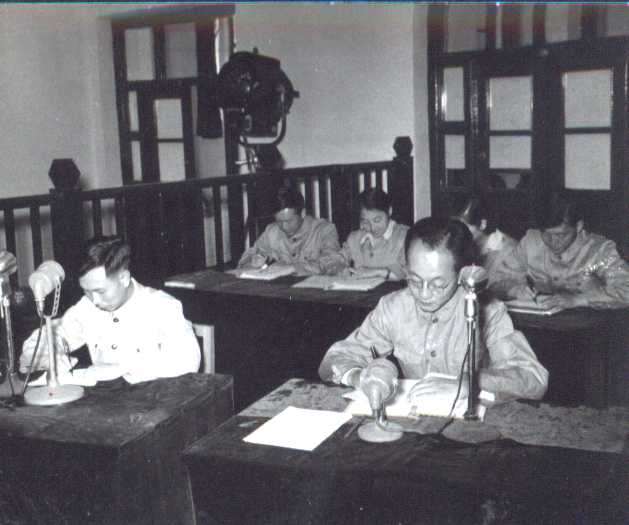 1956年6月10日陳弘(右)在太原法庭上。