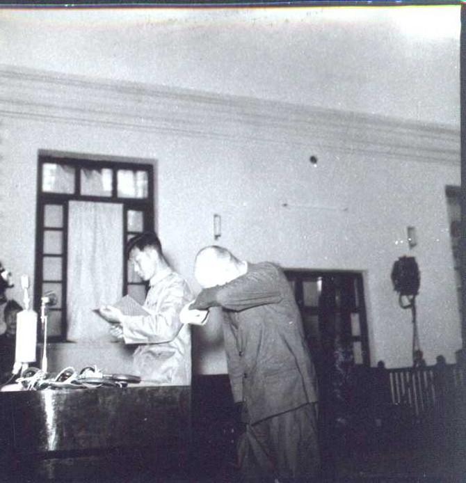 日本戰犯在法庭上掩面哭泣表示認罪。