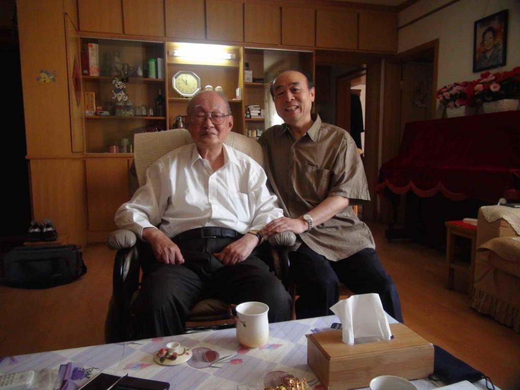 筆者採訪時與陳弘(左)合影。