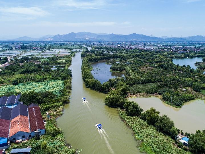在浙江省湖州市東林鎮保健村的河道上,河長及工作人員乘船巡河。
