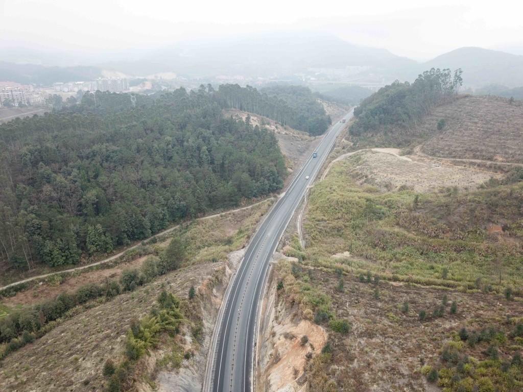 福建永安文西線農村公路。  (新華社 邢廣利 攝)