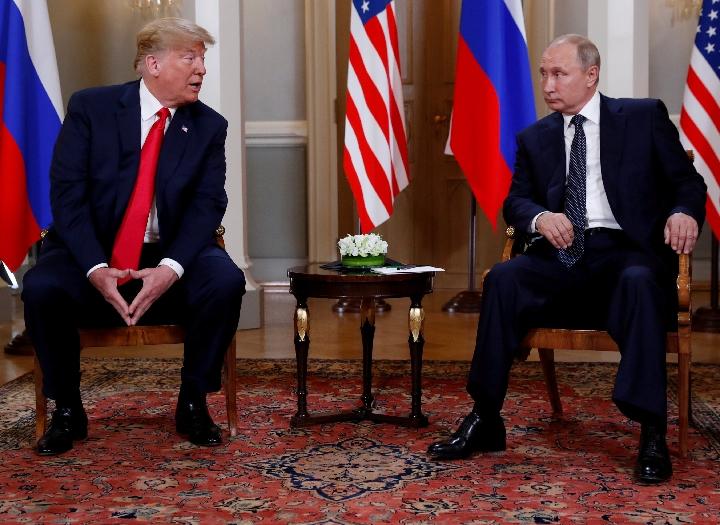 7月16日,美國總統川普(左)和俄羅斯總統普京在芬蘭首都赫爾辛基舉行會晤。(新華社/路透)
