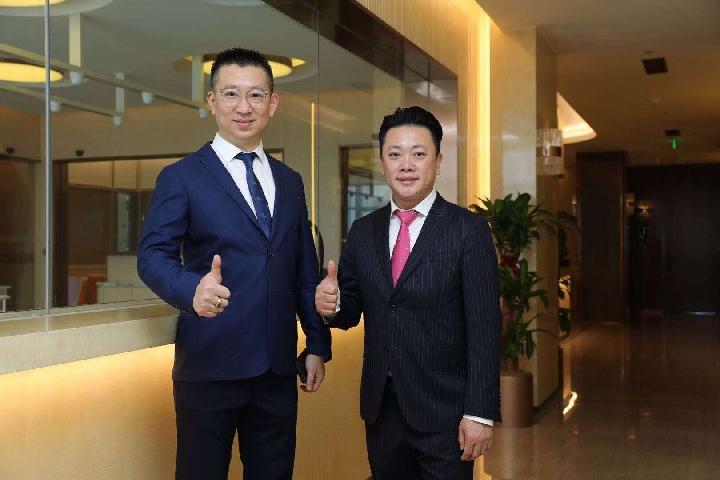 看好大陸母嬰護理市場前景的台商邱雋熹(右)和他的大陸合作夥伴。(新華社 葛鳳章 攝)