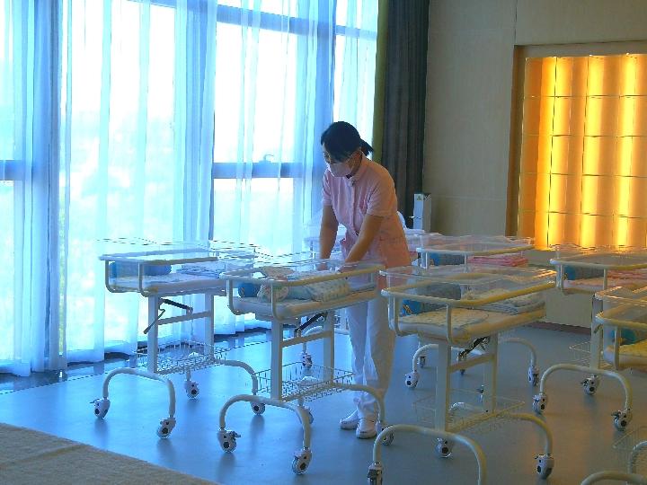 剛剛開業的時尚媽咪國際母嬰會所裏,護理總監正在工作。(新華社 潘清 攝)