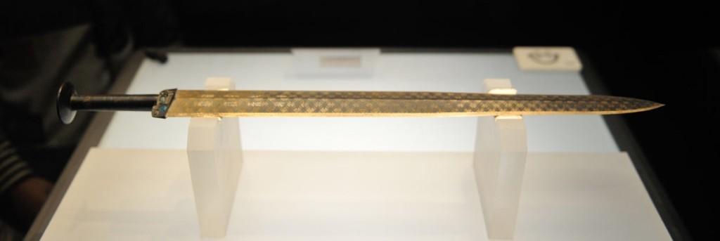 越王勾踐劍,湖北博物館收藏。勾踐是一位著名的寶劍鑑賞家。
