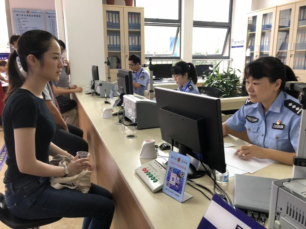 一位台灣人在福建廈門辦理港澳台居民居住證手續。(新華社 付敏 攝)