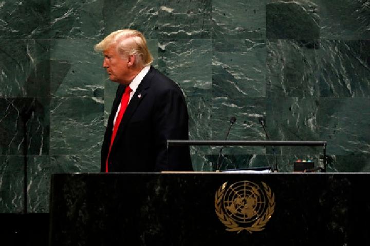 9月25日,位於紐約的聯合國總部,美國總統川普在聯合國大會一般性辯論上發表演講後離開。(新華社 李木子 攝)