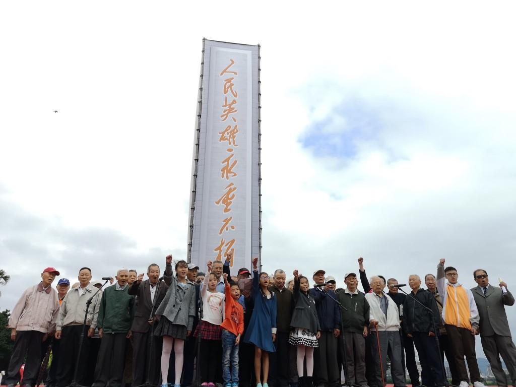 老中青三代合唱「青春戰鬥曲」。