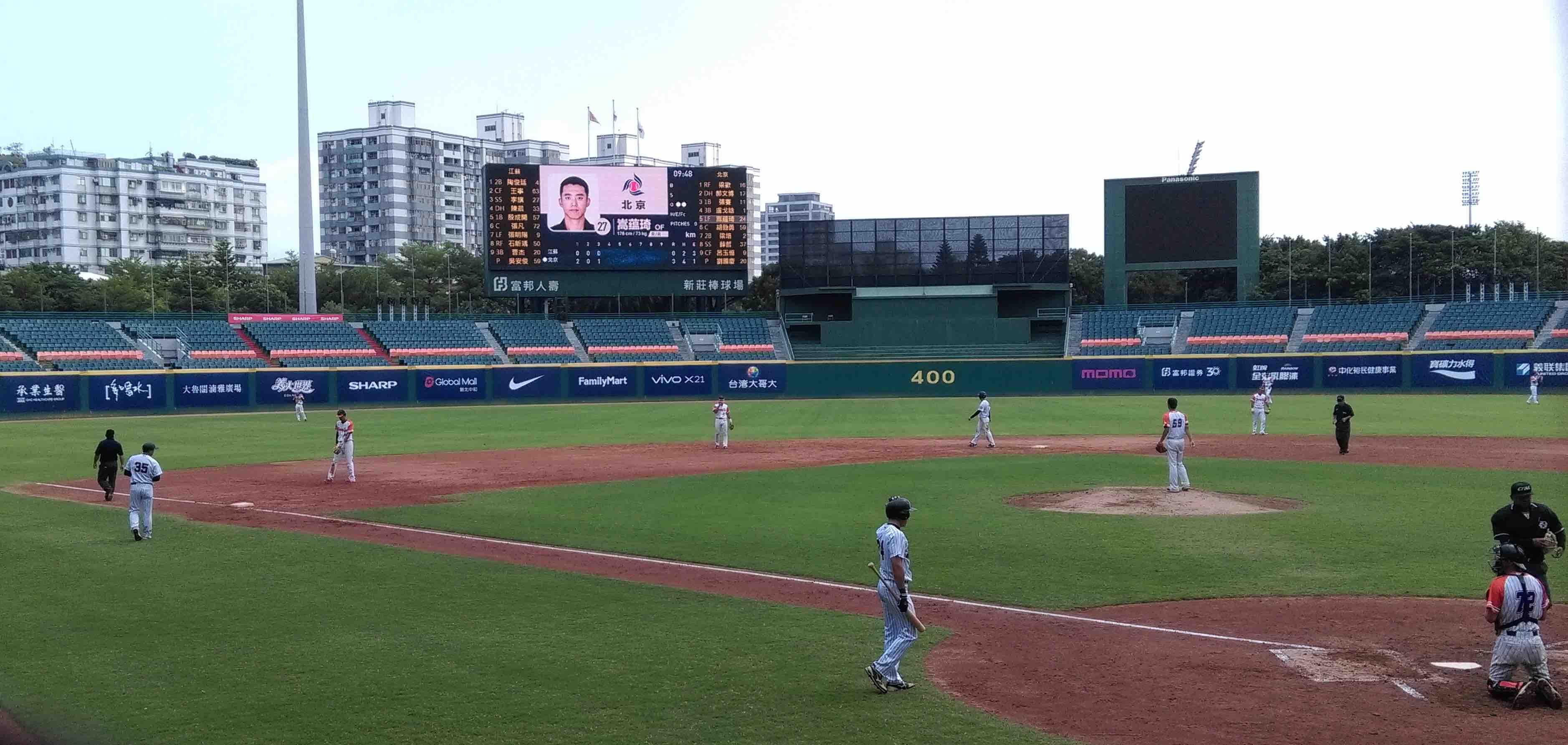 北京隊台灣客座教練邱企彬站上三壘指導區給準備打擊的亞運國手嵩蘊琦指導。