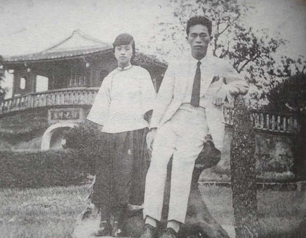 新婚的張我軍夫婦在台北板橋林家花園合影。