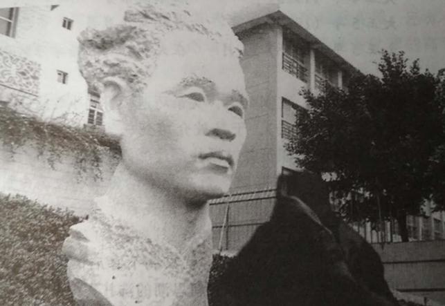 建於台北板橋國小校園的張我軍石雕頭像。