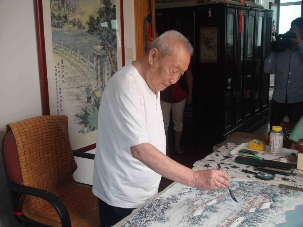 黃正襄先生在作畫。