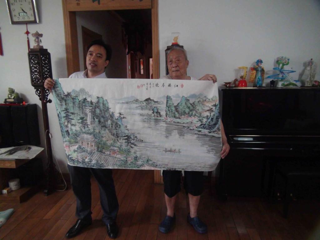 一位買主來購買黃老的畫作,二人一起向筆者展示。